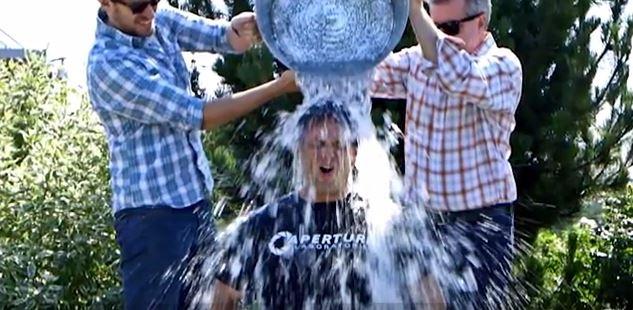 "Photo of Notch مطور ماينكرافت يقوم بتحدي ""Icebucket challenge"" ويتحدى Phill Spencer…شاهد الرد"
