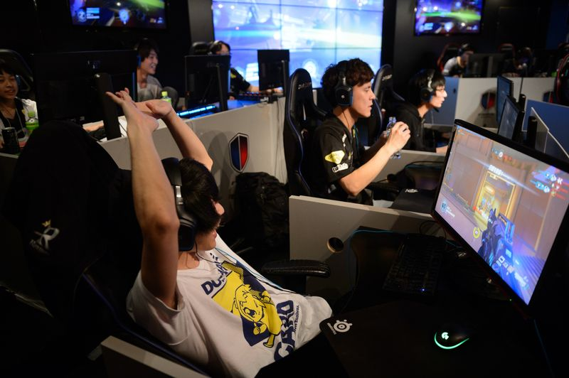 Photo of Shinzo Abe's Party Wants Japan Ready for Video Games in Olympics